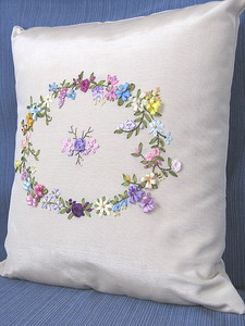 Декоративные подушки вышивкой лентами