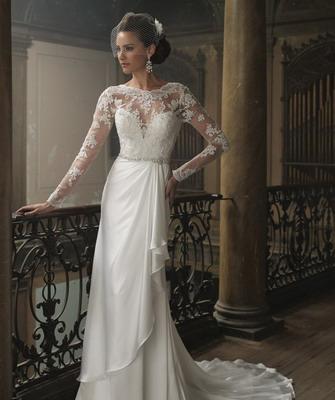 Классические белые свадебные платья зимой 2015 дизайнеры рекомендуют стилизовать под наряды XIX века, с турнюрами и обилием дорогих