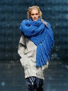 модные женские шарфы 2019 года вязаные модели и шейные платки на фото