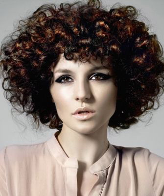 Стрижки 2018 года на кудрявые волосы: на фото каре и темные оттенки