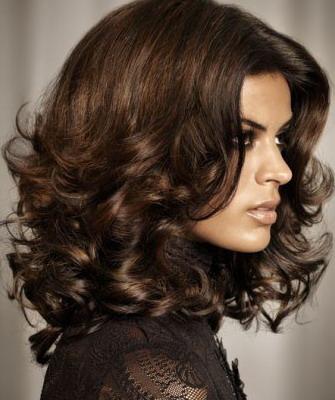 Модные женские стрижки для вьющихся волос на 2018 год: фото каскада и каре