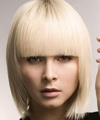 Блондинка с челкой волосы до плеч
