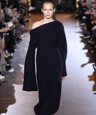 С чем носить длинное узкое платье