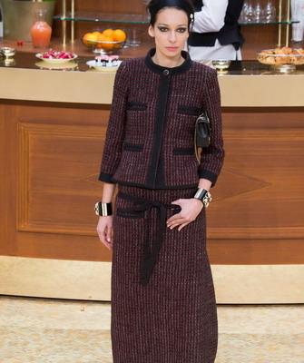 Пожалуй, это самый известный и престижный бренд женских вещей. Кроме  предметов гардероба для представительниц женского пола дизайнеры  изготавливают ... a13856f237f