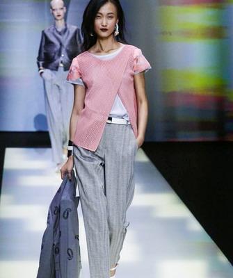 Владельцем бренда является модельер Джорджио Армани, его модели отличаются  элегантностью и строгостью линий. Нельзя вещи отнести к какому-то  определенному ... b92a843183f