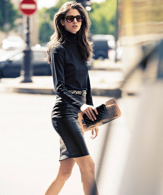 Серая блузка и черная юбка