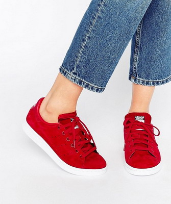 Кстати именно такие кроссовки отлично смотрятся в стилизованных под 70-80-е  годы нарядах. Самые модные женские кроссовки 2019 года – это именно  повседневная ... 5229c81c99b