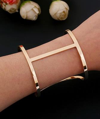Стильные золотые браслеты, несмотря на исполнение из драгоценного металла –  украшение повседневное, а значит, во многом универсальное. a8d0a3e7acf